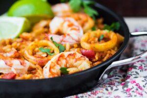 Foto de prato com camarão e outros frutos do mar para grávida comer