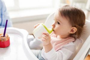 Bebê pode tomar suco, chá, leite de vaca e água de coco a partir de quantos meses?